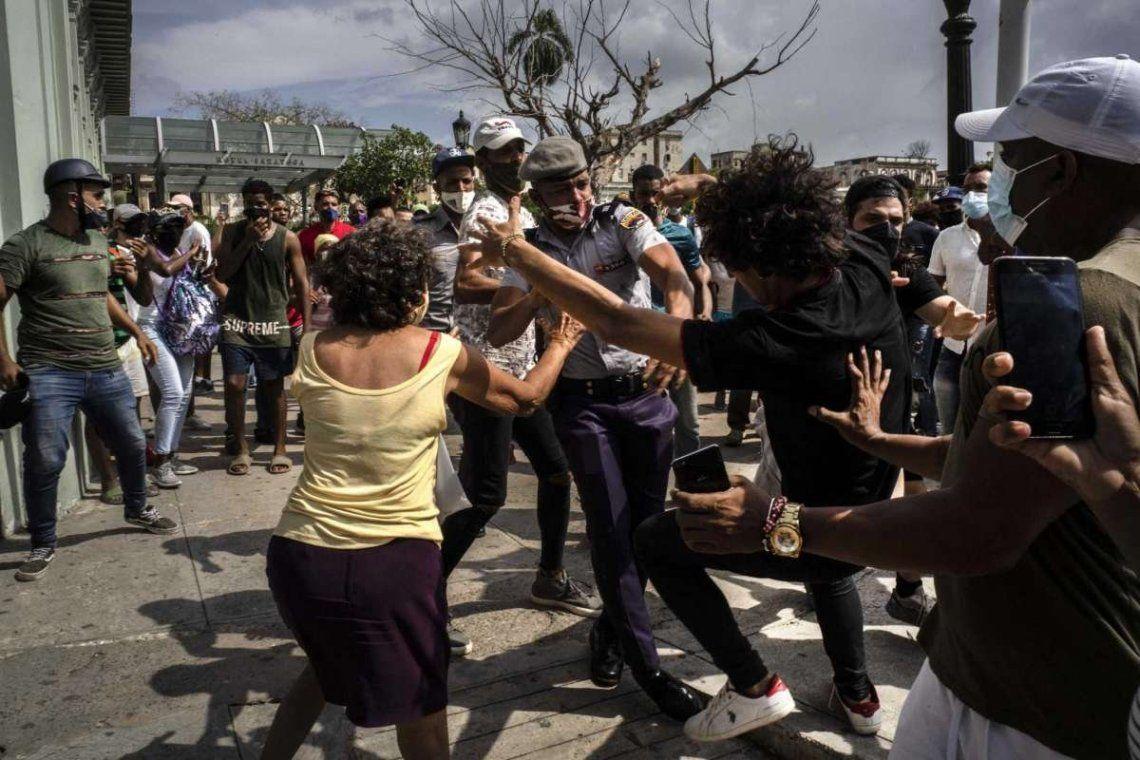 La policía detiene a un manifestante antigubernamental el domingo durante una protesta en La Habana