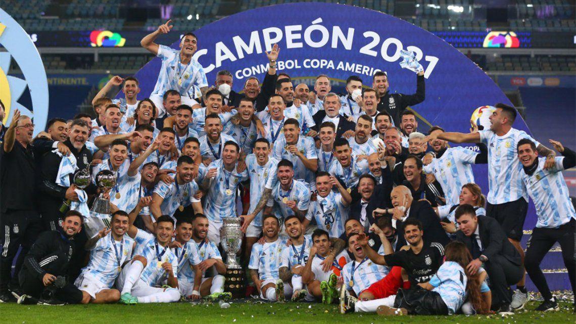 Córdoba: se tatuó el plantel de la Selección en la espalda.