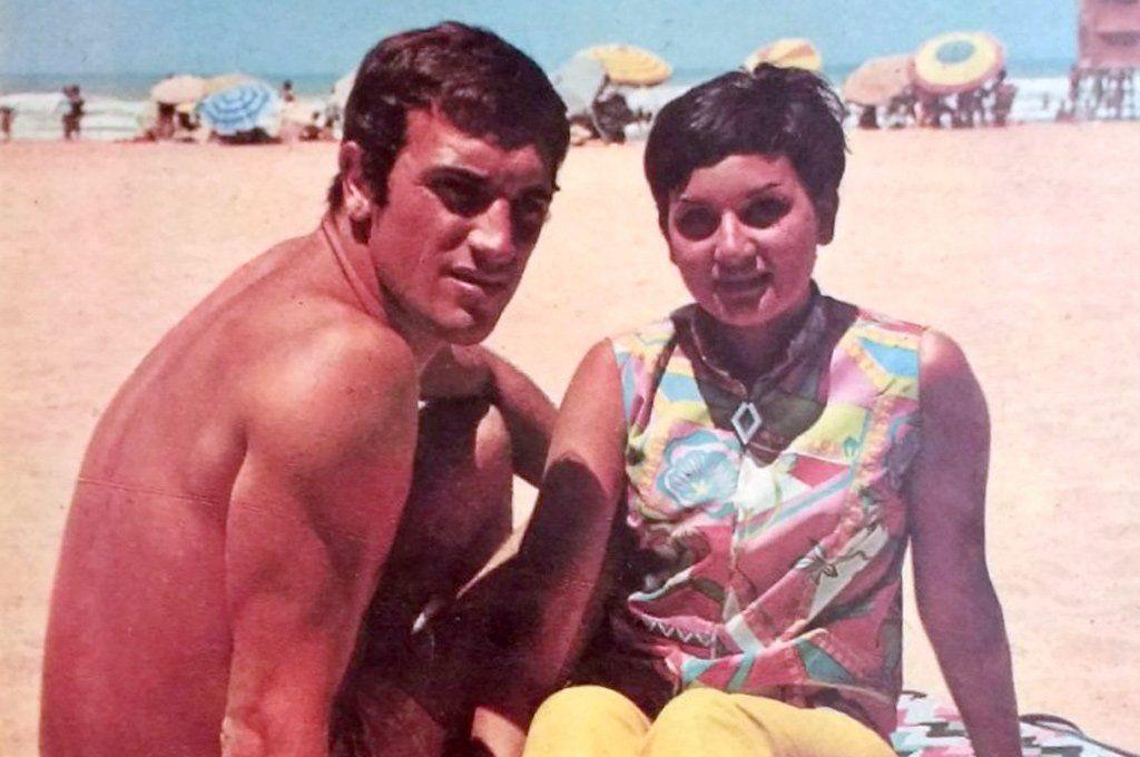 Coco Basile y Cuqui Chiangaglini posan en una playa de Mar del Plata.