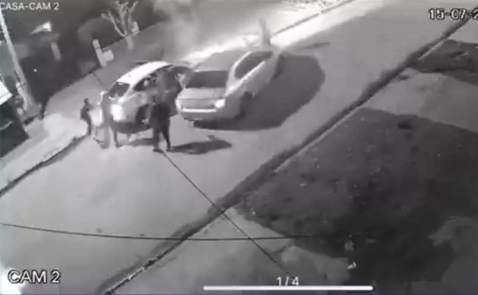 El violento hecho sufrido por una familia en Ingeniero Budge quedó filmado por cámaras de seguridad.