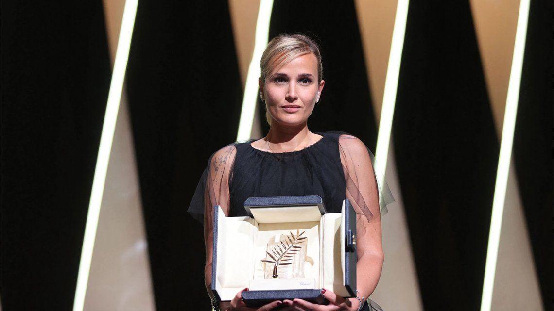 Julia Ducournau recibe la Palma de Oro de Cannes por Titane.