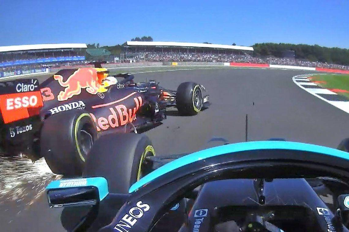 La rueda delantera izquierda del coche de Hamilton dio contra la trasera derecha de la máquina del neerlandés