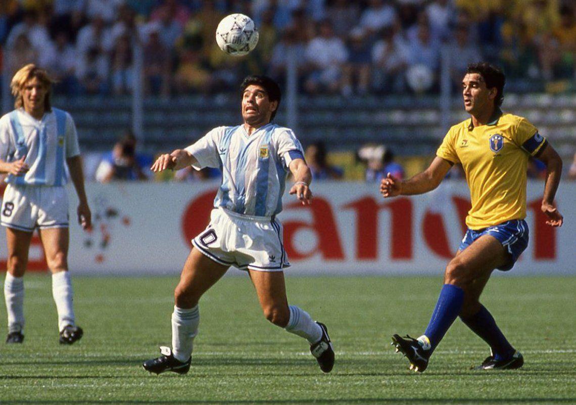Subastaron la camiseta que Maradona usó ante Brasil en el Mundial de Italia 90