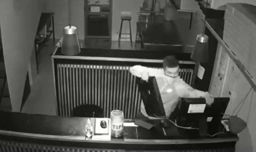 Imágenenes del ladrón en un bar de San Isidro.