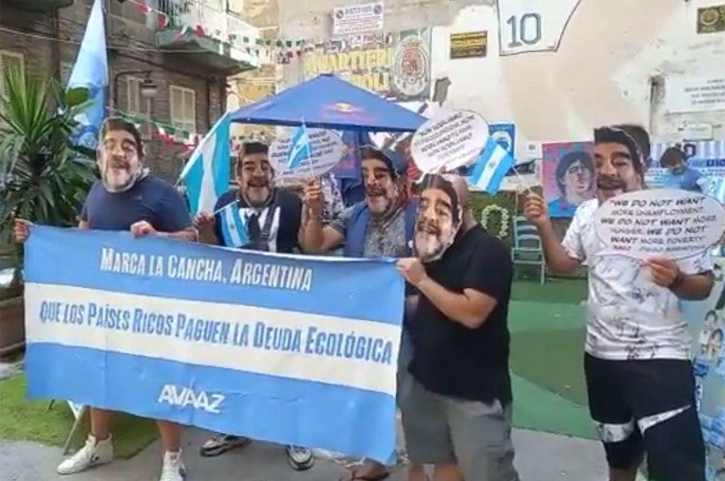 Activistas de la ONG AVAAZ se congregaron en Nápoles con máscaras de Maradona.