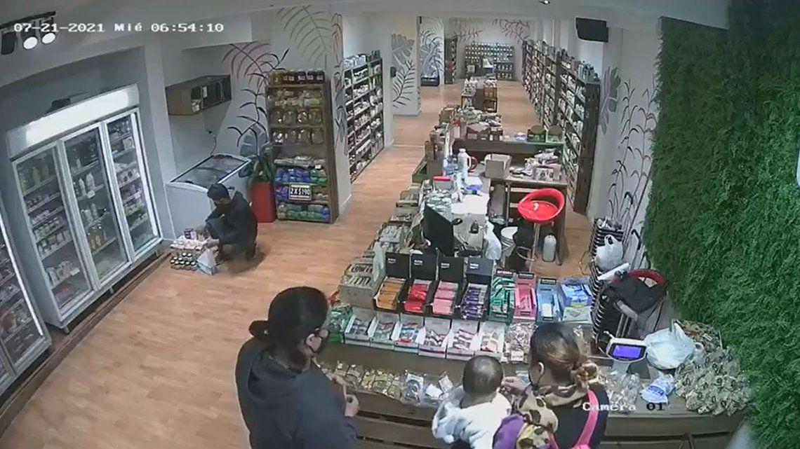 Una mujer robó un celular y usó a su bebé para ocultarlo.