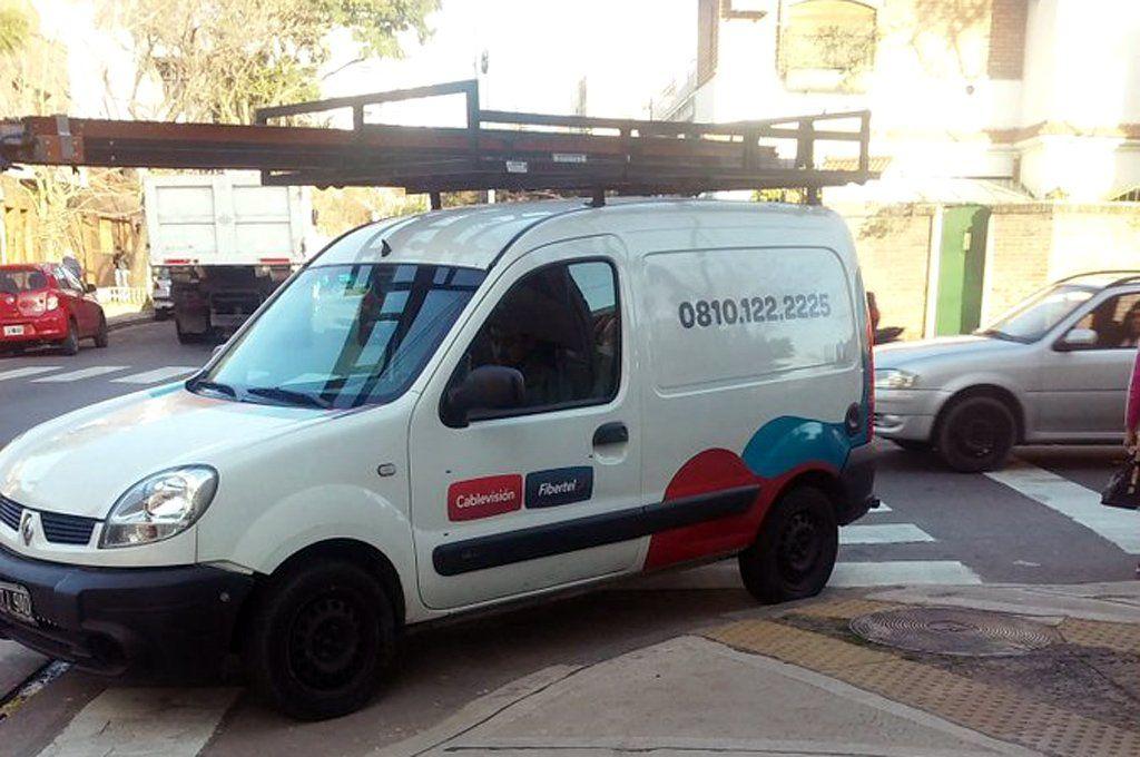 Los delincuentes se trasladaban en una Kangoo blanca idéntica a la de la compañía de cable e internet. Archivo.