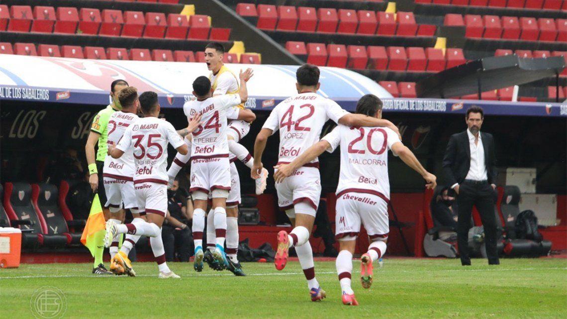 Lanús goleó a Colon en Santa Fe y tiene puntaje ideal.
