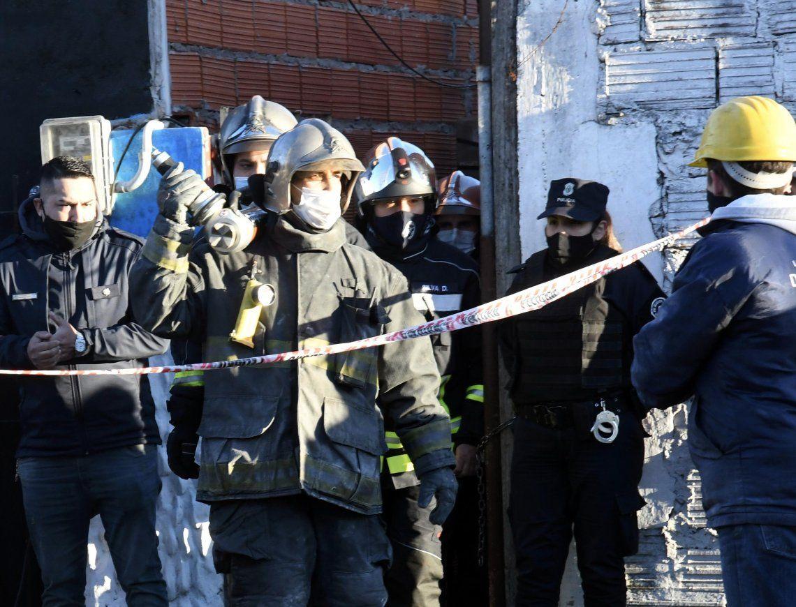 Bomberos trabajaron varias horas en el derrumbe en Lomas de Zamora.