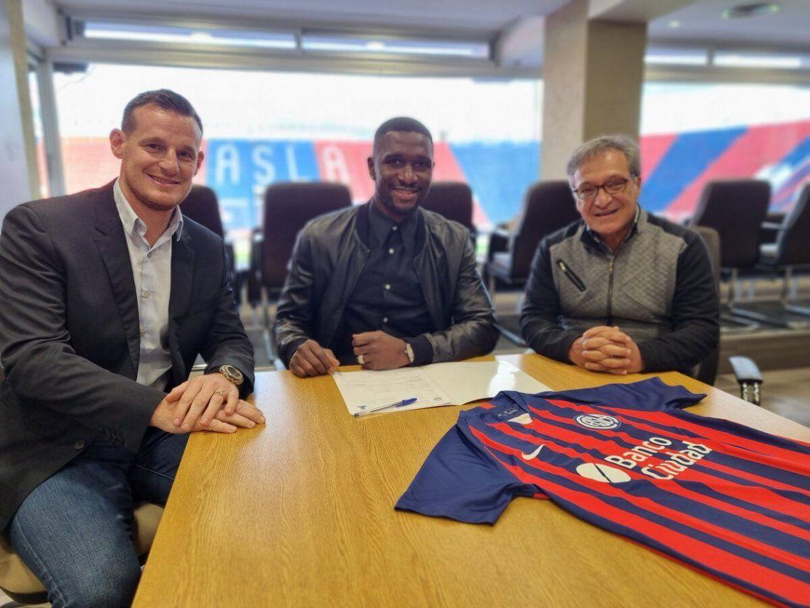 Mauro Cetto y Horacio Arreceygor junto al nuevo jugador de San Lorenzo.