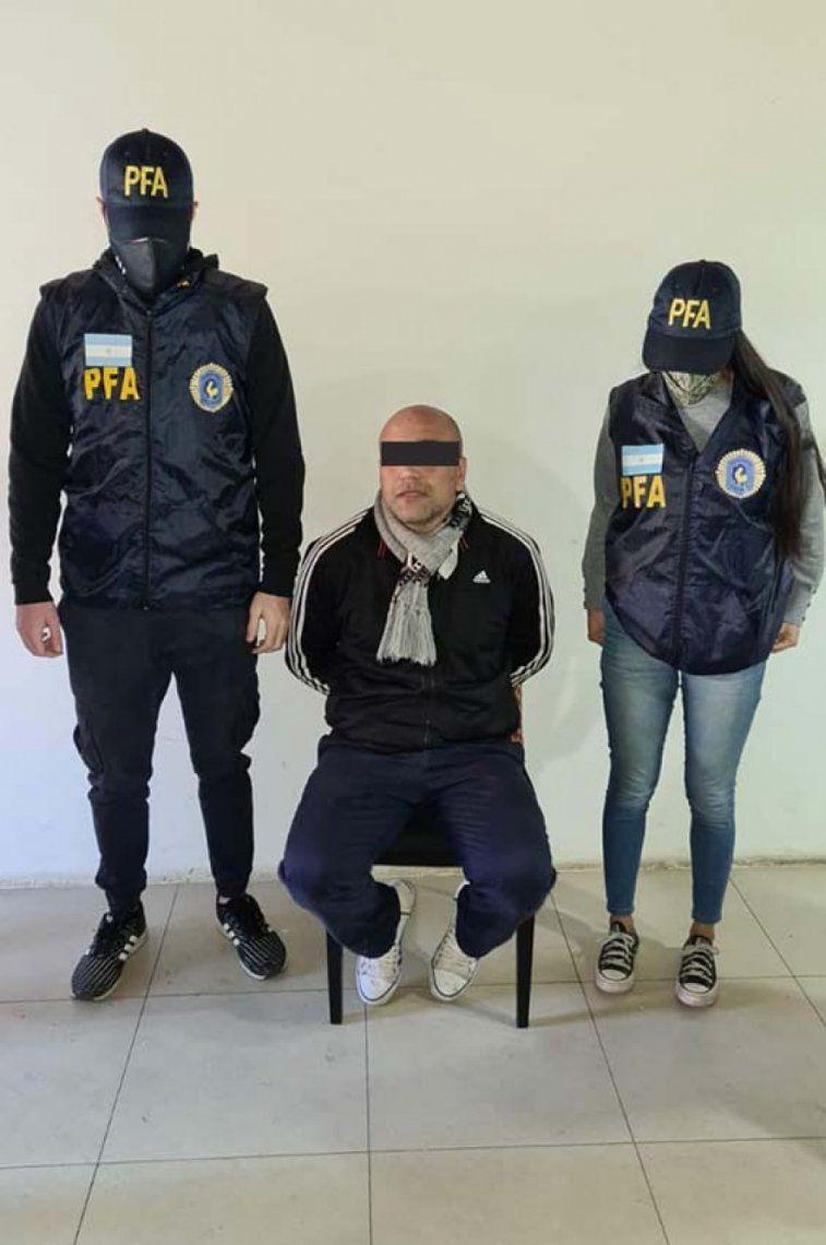 Policía detiene a entrenador prófugo, sospechoso de abuso
