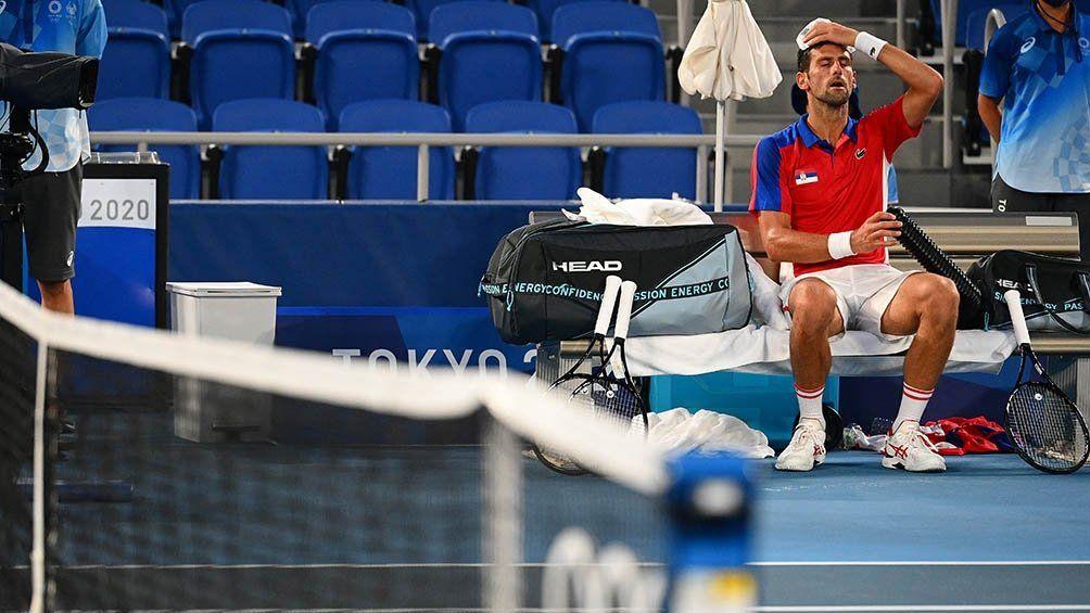 El serbio Novak Djokovic terminó extenuado y frustrado en una semana negra en Tokio.