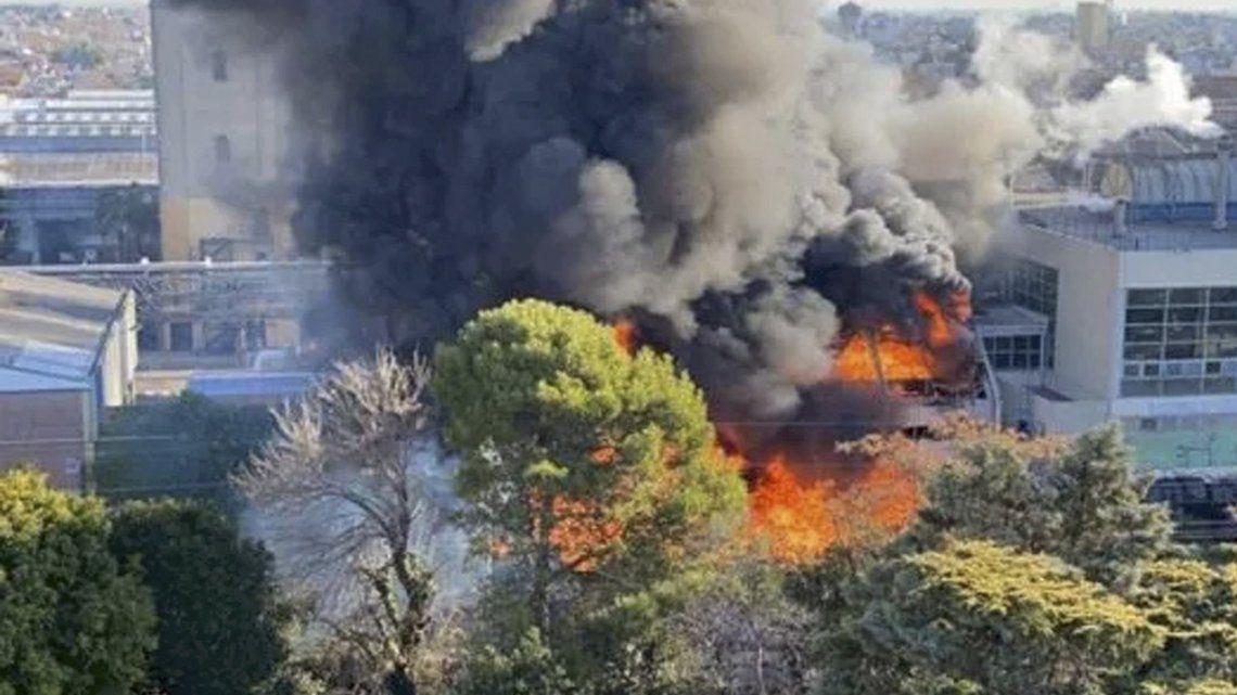 Quilmes: bomberos trabajan en la extinción de un incendio.