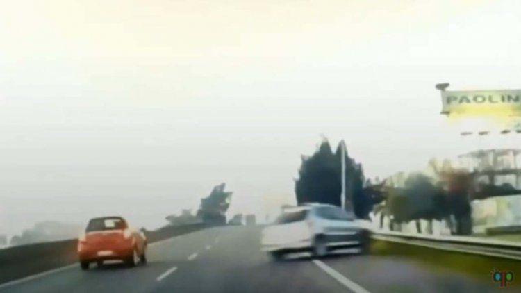 Un auto perdió el control sobre el carril izquierdo de la Panamericana, se pasó al segundo y volcó hacia la colectora.
