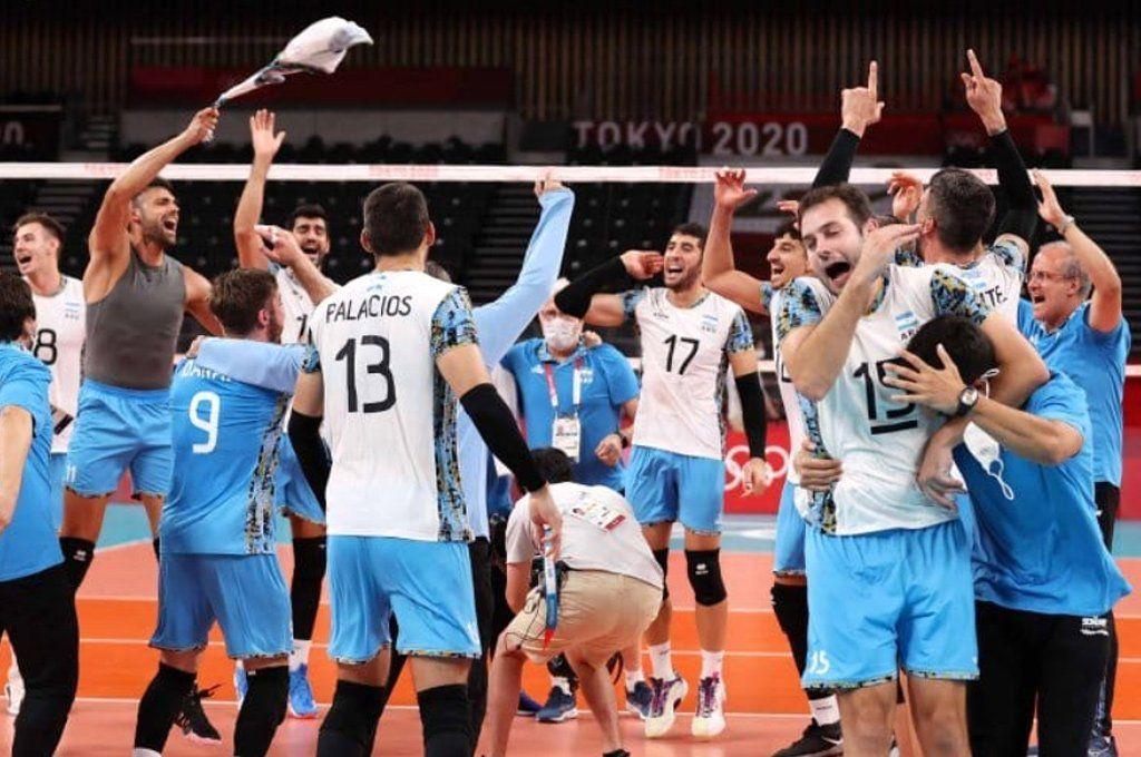 El festejo desatado en el plantel argentino -conb Méndez incluido- tras el triunfazo ante Italia.