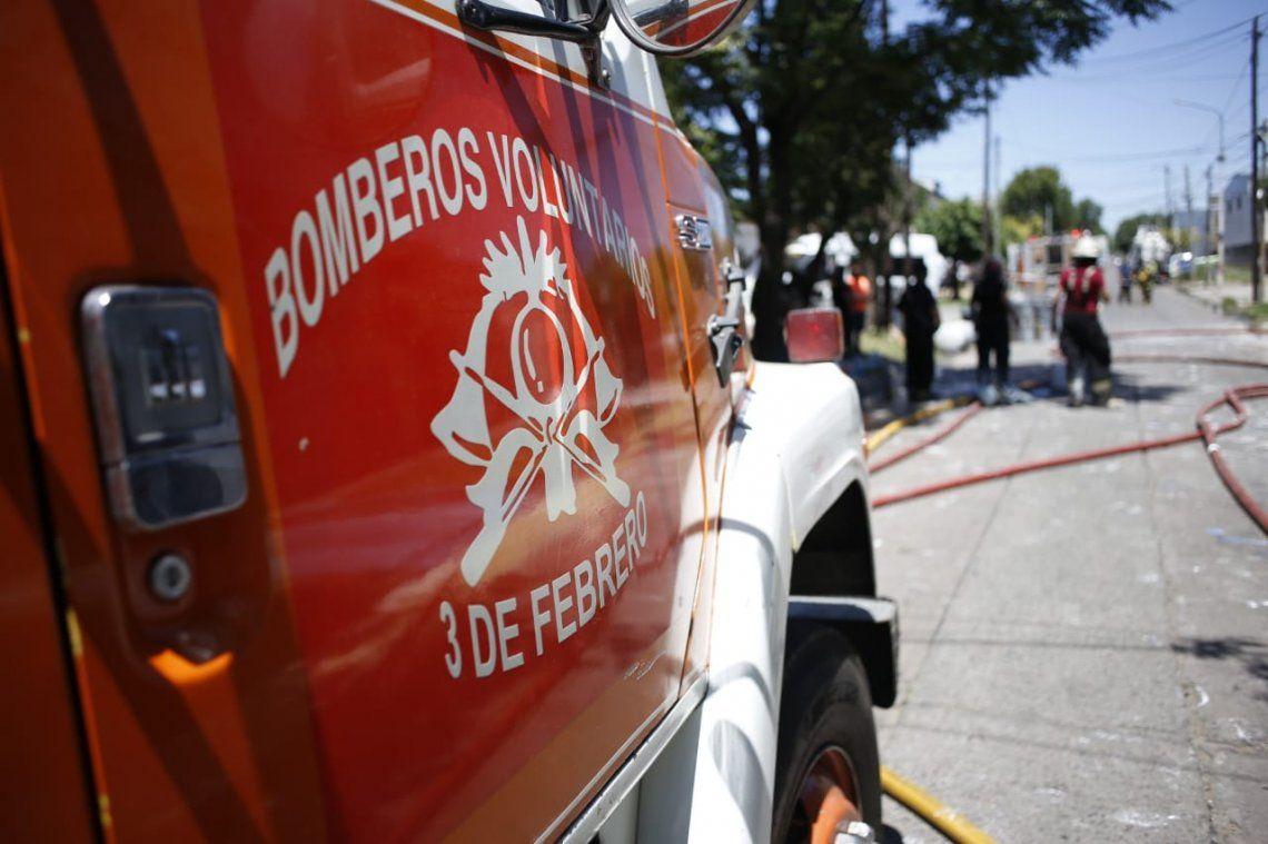 Dos bomberos voluntarios murieron y uno terminó herido de gravedad en un incendio en Caseros