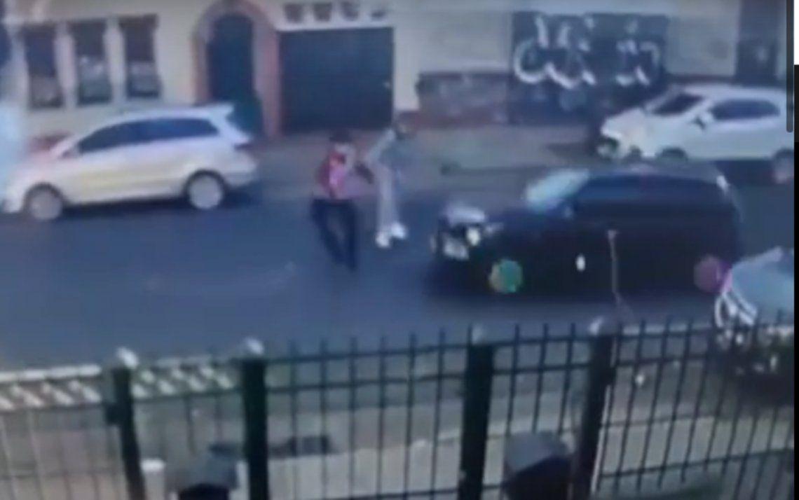 El delincuente atropelló al policía que protegía a Karen