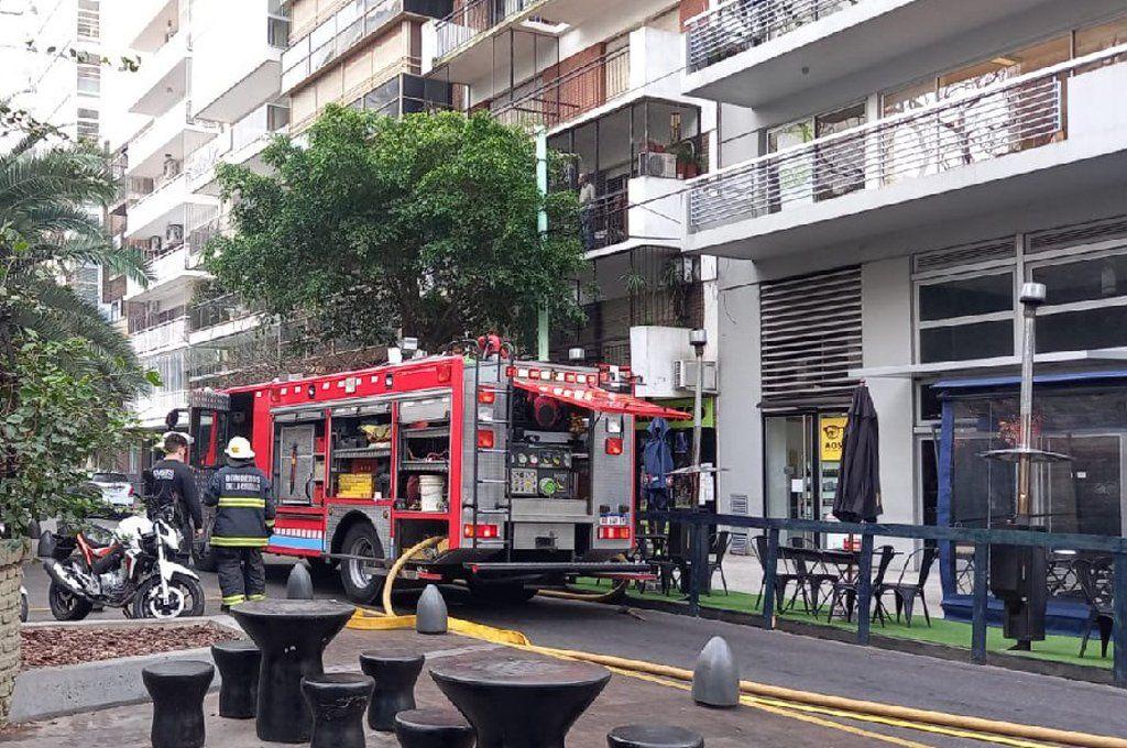 Bomberos combaten un incendio en un departamento en Palermo