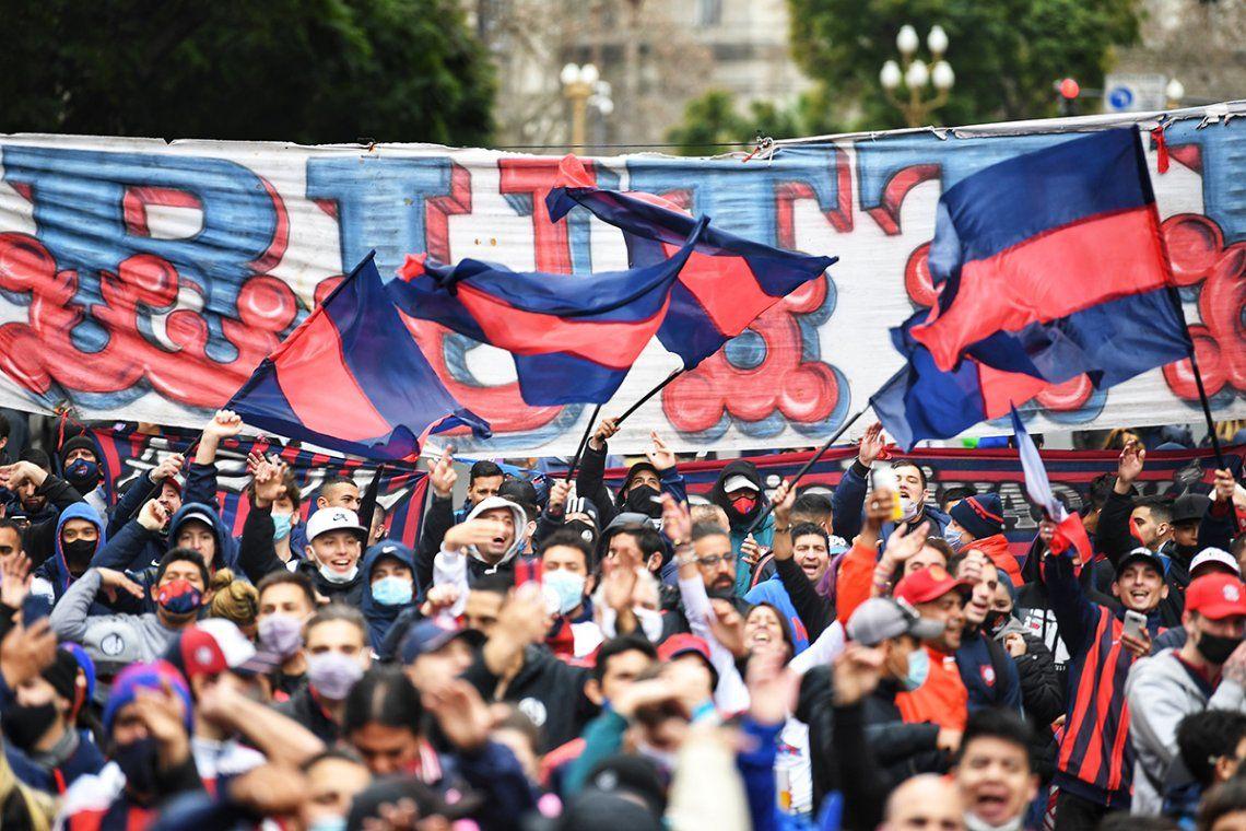 Centenares de simpatizantes del azulgrana festejaron en las inmediaciones del edificio de la calle Perú al 100.