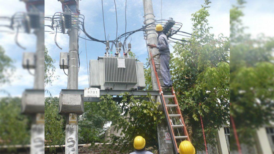 Vecinos denuncian que la red de tensión es obsoleta y sufren por los reiterados cortes de luz.