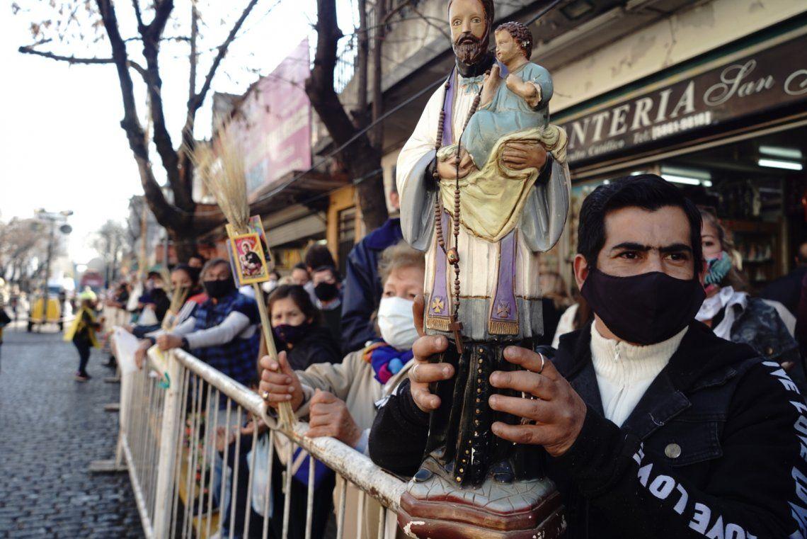 Miles de fieles se acercan a Liniers para pedir trabajo y salud