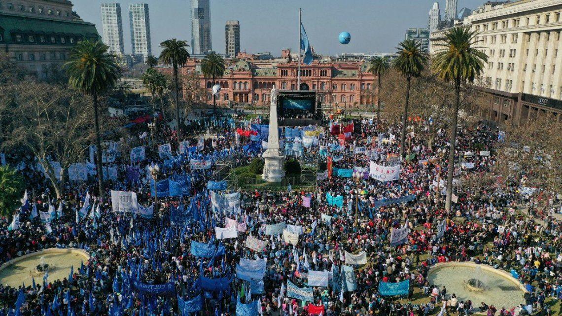 Miles de personas marcharon desde la iglesia de San Cayetano a Plaza de Mayo