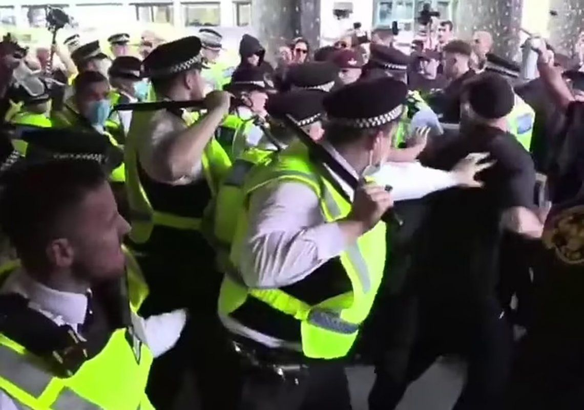Londres: manifestantes contra los pasaportes sanitarios asaltan la sede de la BBC