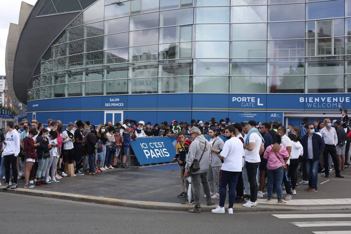 A la espera de Messi: vigilia y locura de los hinchas del PSG