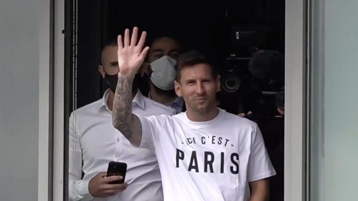Messi saluda a los fans tras su arribo a París.