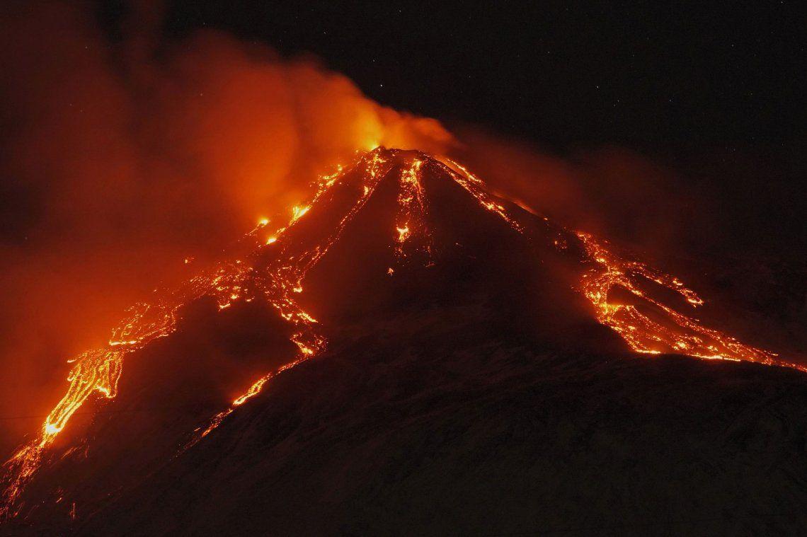 Tras seis meses de actividad, El Etna sigue creciendo y ahora es más alto que nunca
