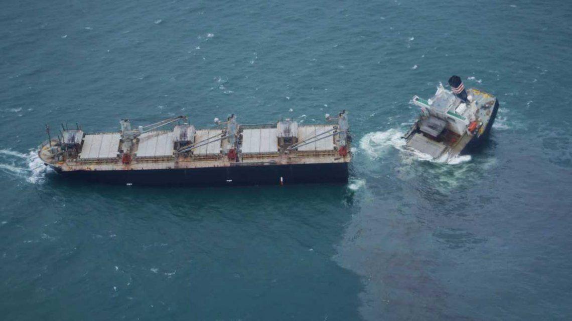 Las autoridades intentaron contener el derrame de petróleo