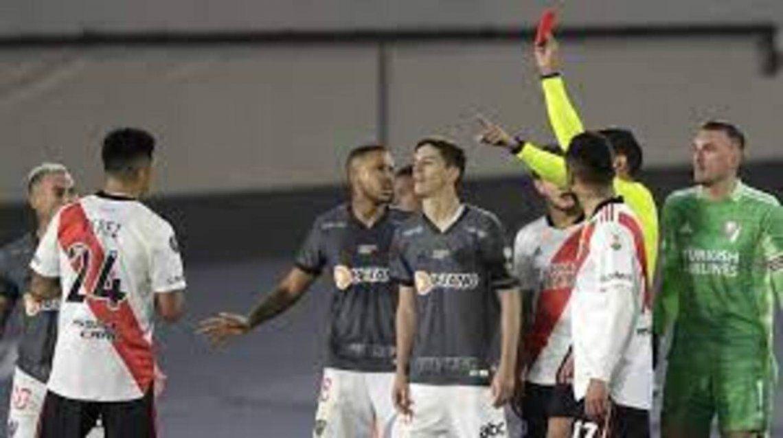 Nacho vio la roja a los 84 y dejó a Atlético Mineiro con diez.