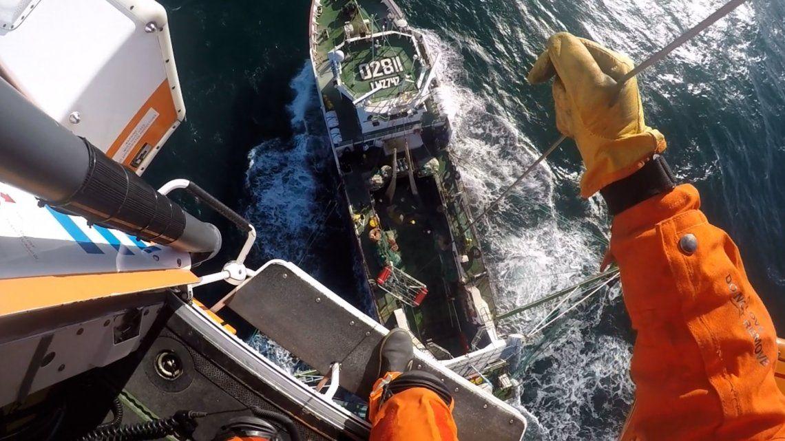 La aeroevacuación del tripulante del pesquero tuvo lugar este viernes