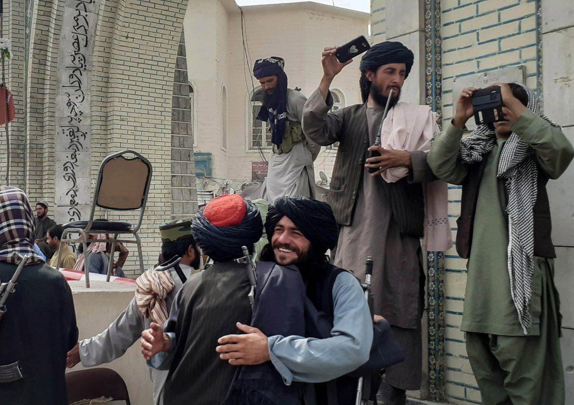 Talibanes festejan la toma de las distintas capitales de Afganistán mientras las embajadas suspenden su actividad.