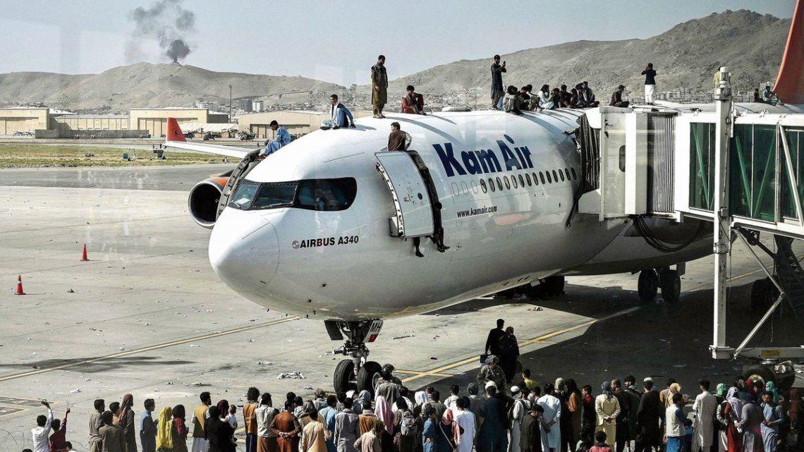 Miles de personas acudieron este lunes al aeropuerto de Kabul en un intento por huir del país tras la ofensiva relámpago de los insurgentes.