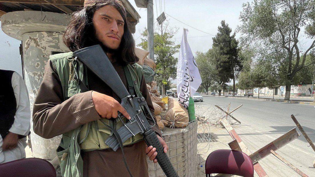 Talibanes con armamento estadounidense
