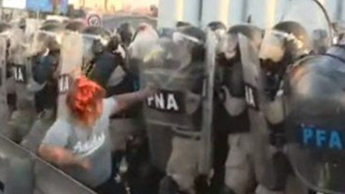 Los manifestantes se enfrentaron con la policía sobre el Puente Pueyrredón.