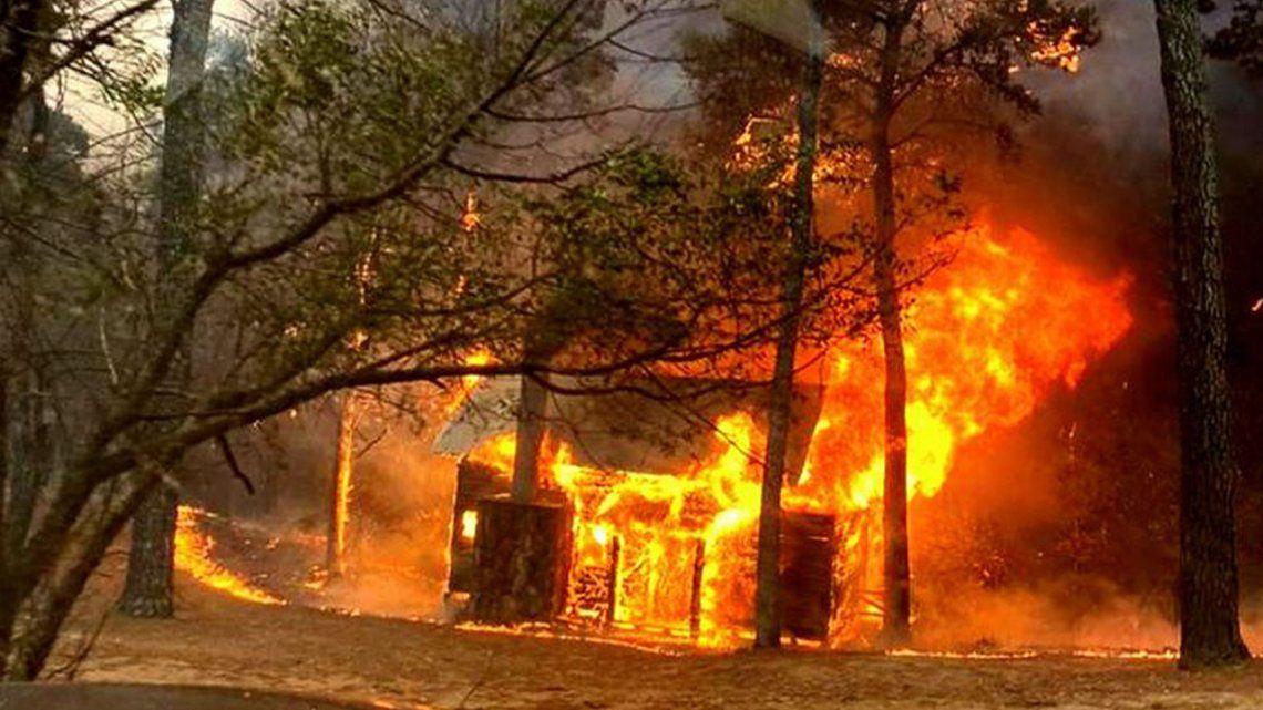 Córdoba: bomberos combaten dos focos de incendio.