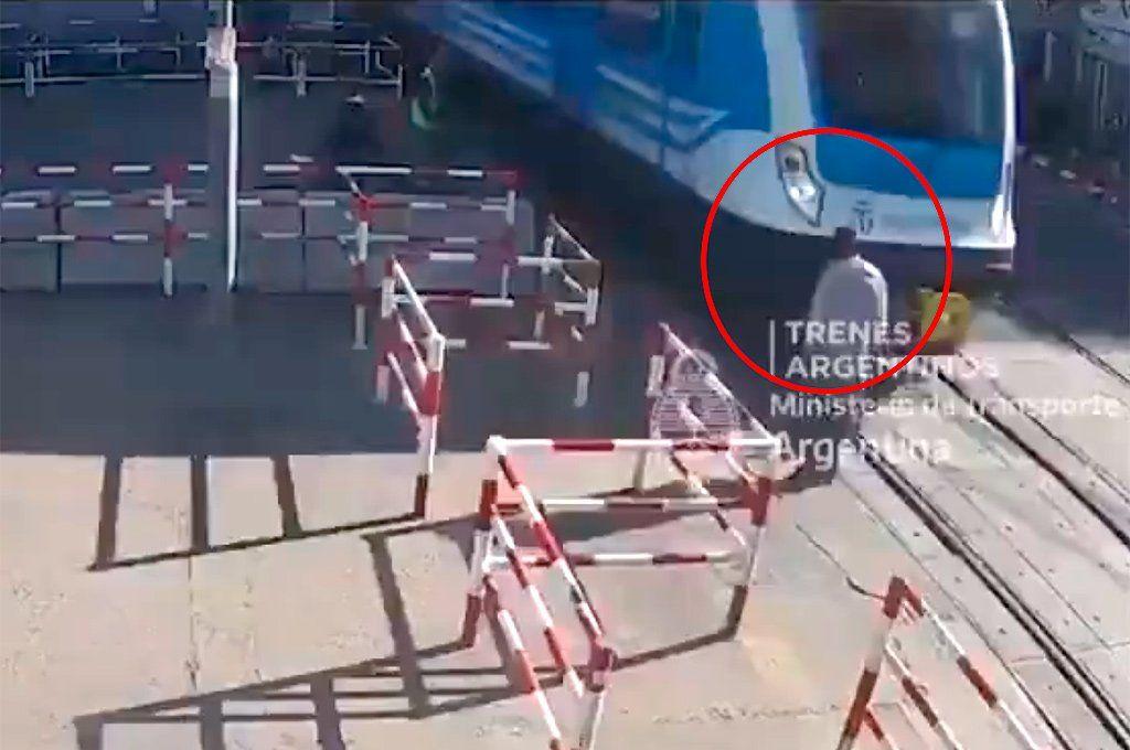 El momento previo al que la formación del tren Sarmiento embista al transeúnte. Foto: captura de video.