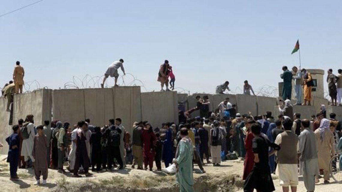 El casos en el aeropuerto de la capitakl de Afganistán causó 7 muertes