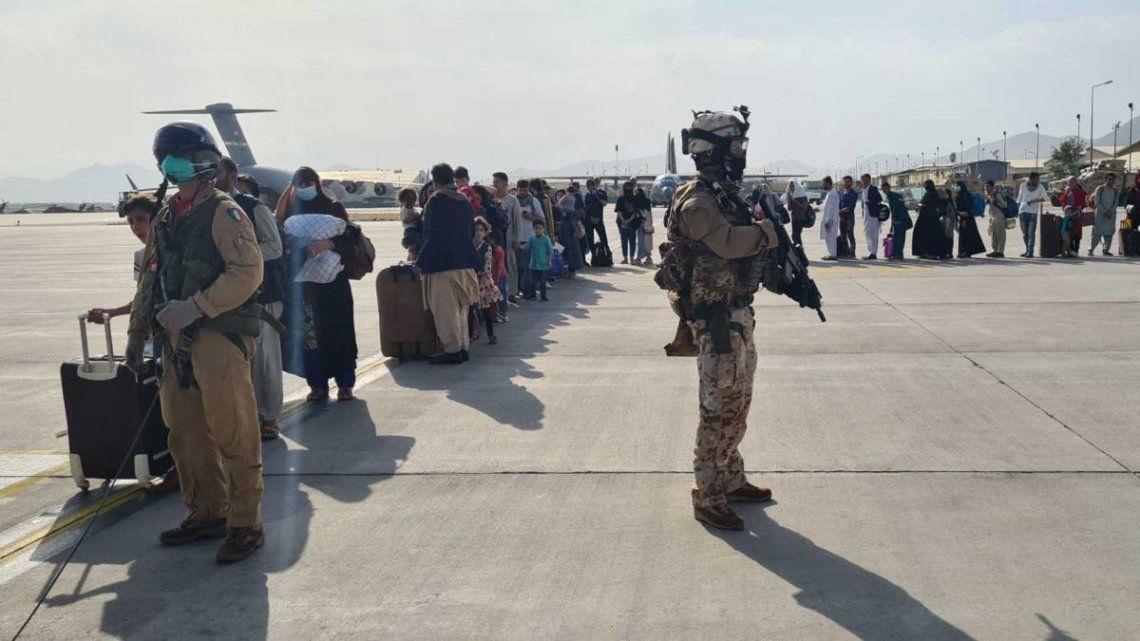 Miles de personas se agolpan a la entrada del Aeropuerto Internacional Hamid Karzai de Kabul con el objetivo de subirse a uno de los aviones.