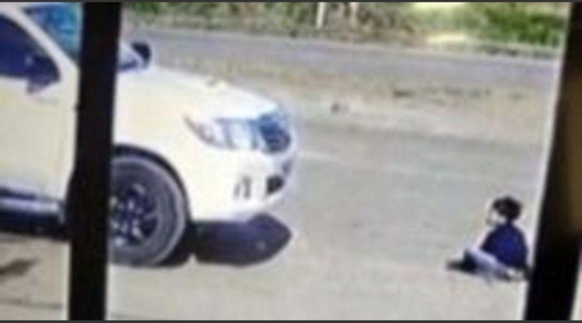 El conductor de la camioneta arranca el rodado sin notar que el niño se había sentado delante.