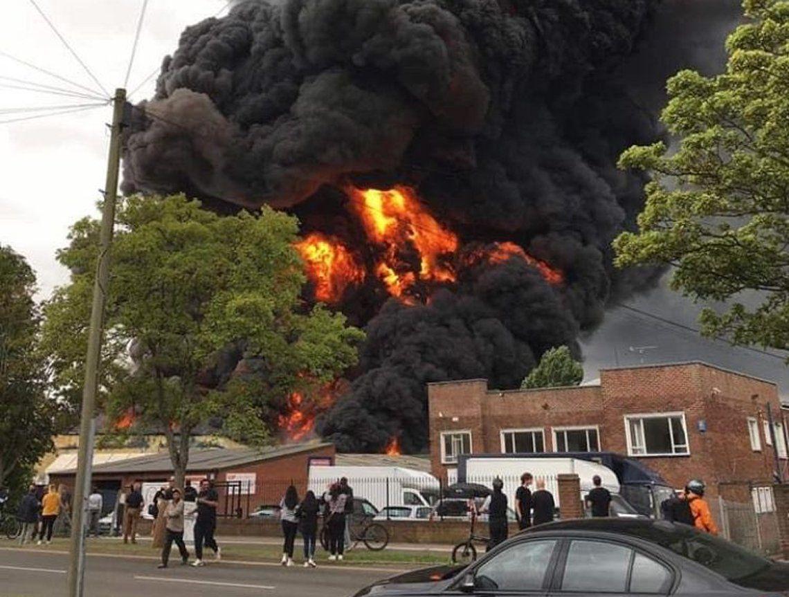 Incendio en un parque industrial.