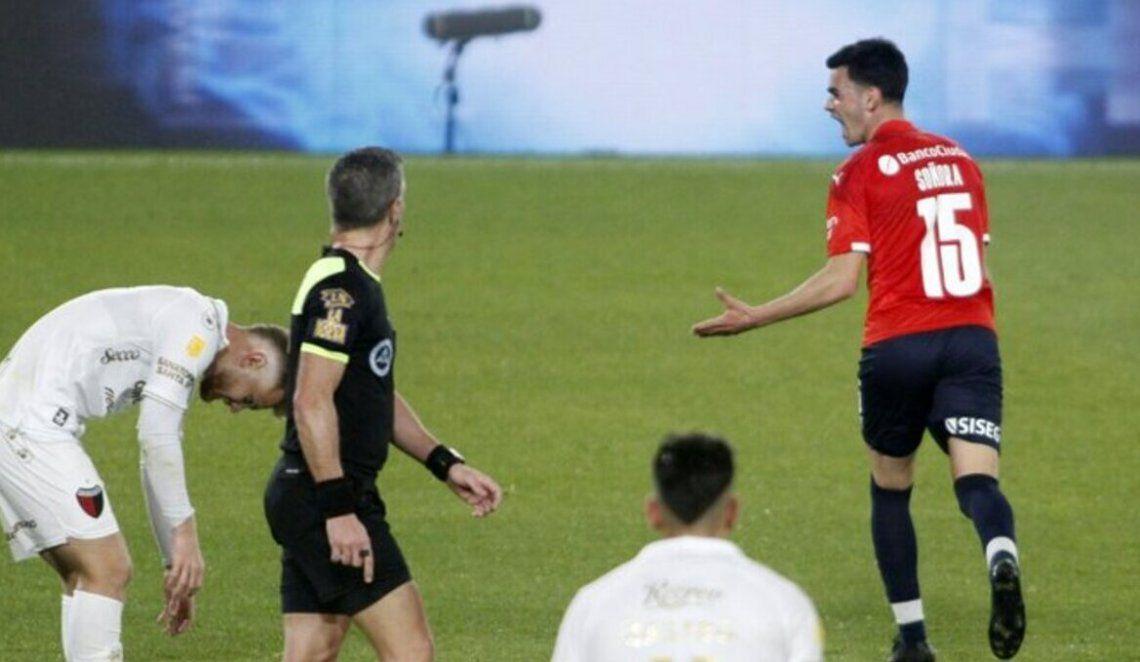 Soñora la clavó en el ángulo y festeja el segundo tanto de Independiente.