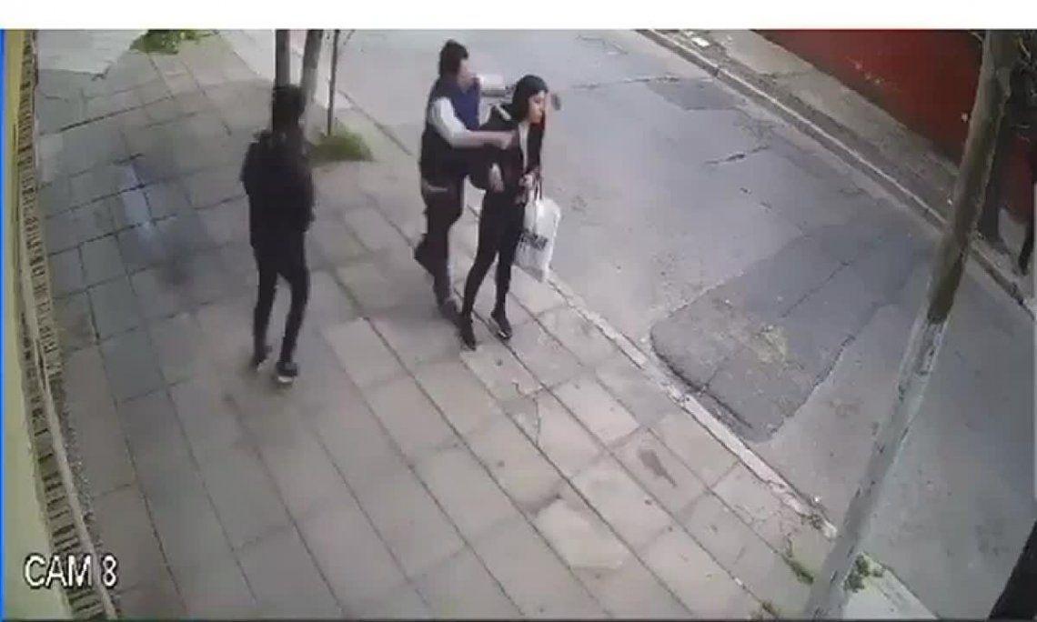 Los agresores atacaron a la victima cuando esperaba el colectivo.
