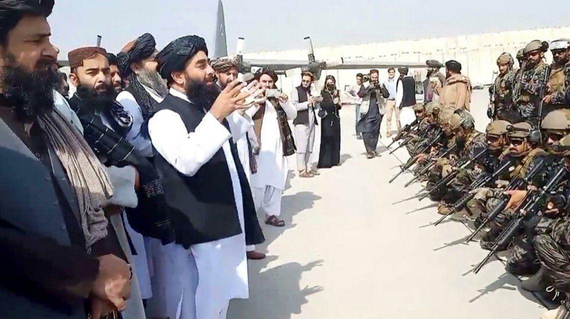 El líder talibán brindó un discurso frente a sus soldados en la pista del aeropuerto de Kabul.