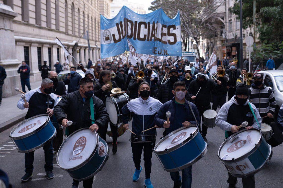 La medida de fuerza comenzó con una movilización hacia los tribunales metropolitanos y a cada dependencia del interior del país.