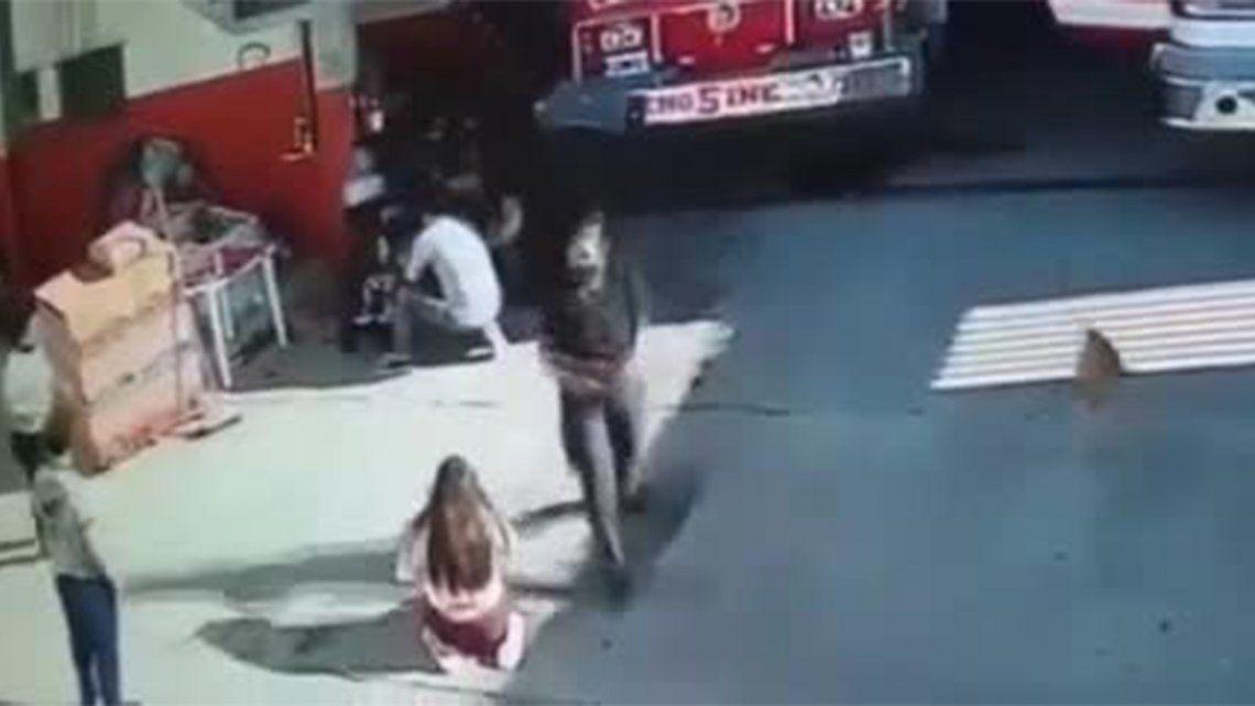 Villa Celina: bombera le salvó la vida a una beba de un año.