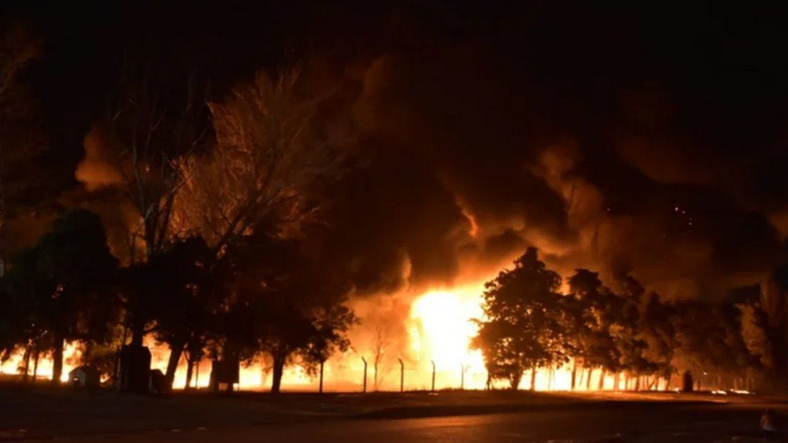 Dantesco incendio en una fábrica de pintura.