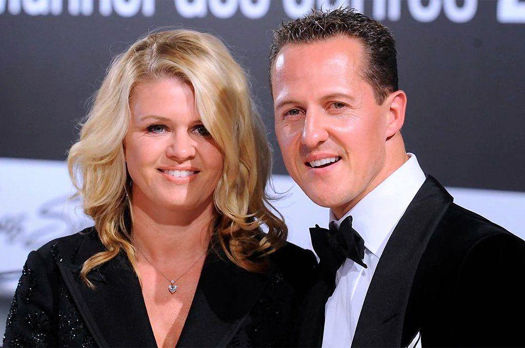 Corinna y Michael Schumacher tiempo atrás. La esposa del múltiple campeón sigue apoyándolo como el primer día. Archivo.